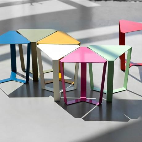 Tavolino triangolare di design in metallo laccato