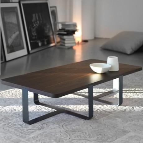 Tavolino di design in rovere e gambe in metallo laccato