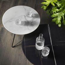 Eleganti tavolini ERMIONE con top in vetro marmo di Memedesign